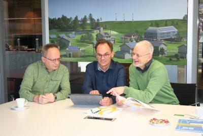 Thomas Flügge (Mitte) erläutert die Arbeit der cdw-stiftung
