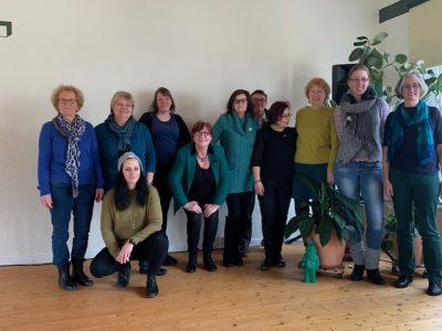 GRÜNE Mitgliederinnen, Gäste und Mandatsträgerinnen sowie die hessische Landesvorsitzende Sigrid Erfurth (2. v.l.)