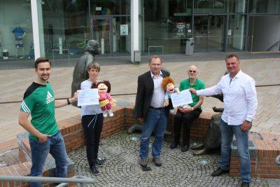 Scheckübergabe: zumindest über die Puppen waren die Kinder symbolisch präsent