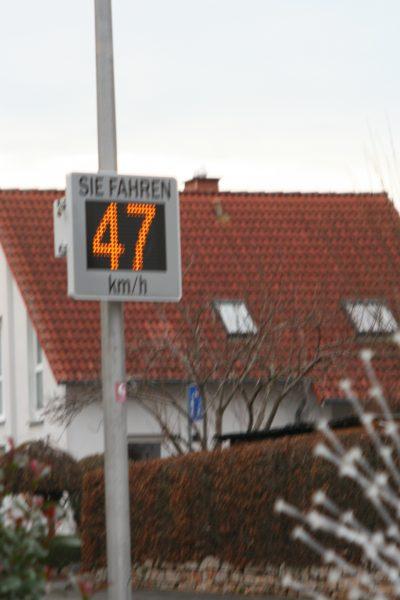 Überschreiten der Geschwindigkeit wird Fahrern angezeigt