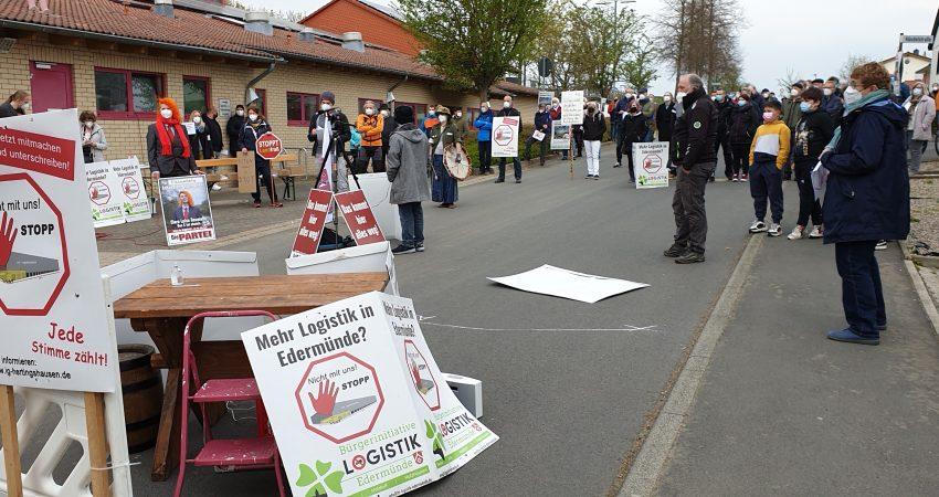 Blick auf die Demonstrierenden, rechts Juliane Kothe (Grüne Baunatal)
