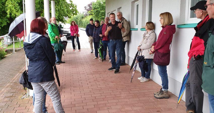 Henry Richter im Gespräch mit Hertingshäuser Bürger*innen