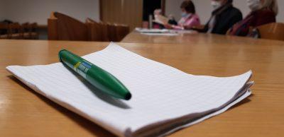 Ein Stift und ein Heft.